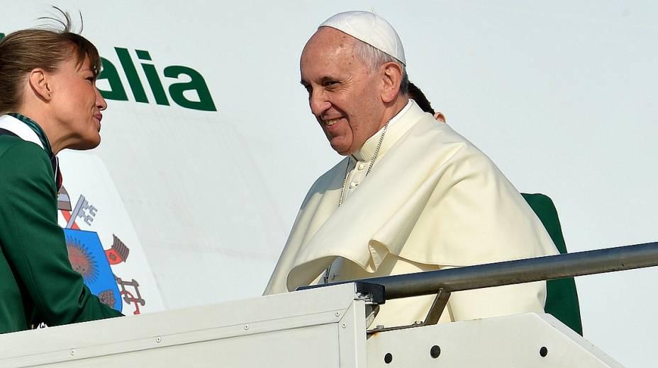 No aeroporto de Roma, papa Francisco se prepara para embarcar rumo ao Rio