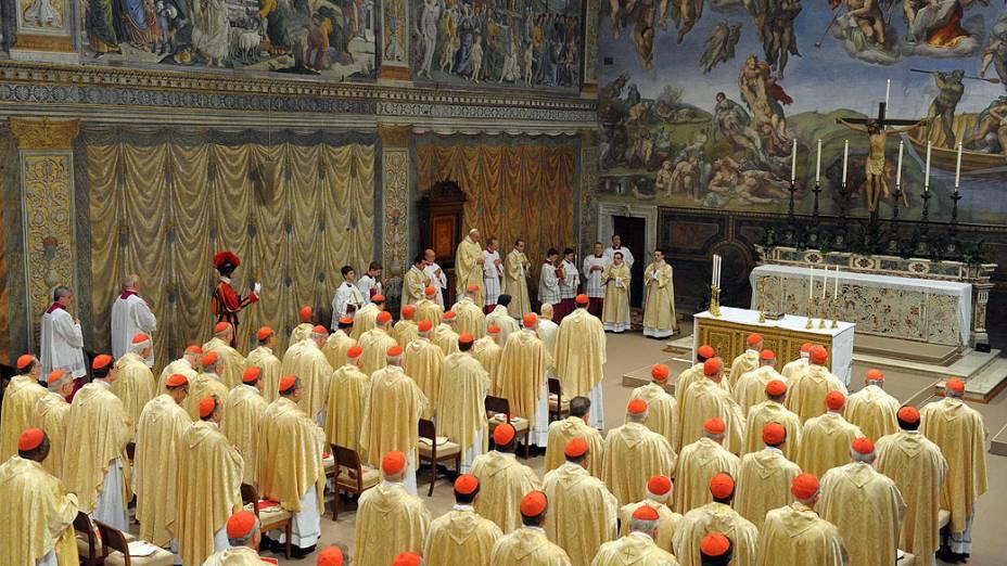 Cardeais assistem a primeira missa celebrada pelo papa Francisco, na Capela Sistina