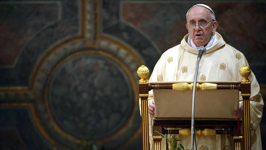O papa Francisco celebra missa com cardeais na Capela Sistina, no Vaticano