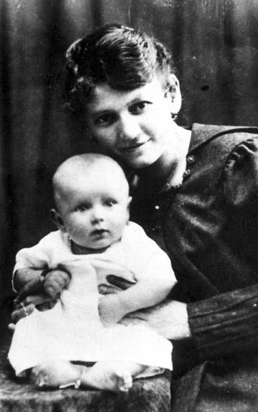 1920 - Karol Wojtyla com sua mãe, Emilia de Kaczorowski, em Waldowice, Polônia