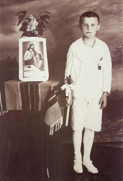 1929 – Karol Wojtyla em sua primeira comunhão em Wadowice, Polônia