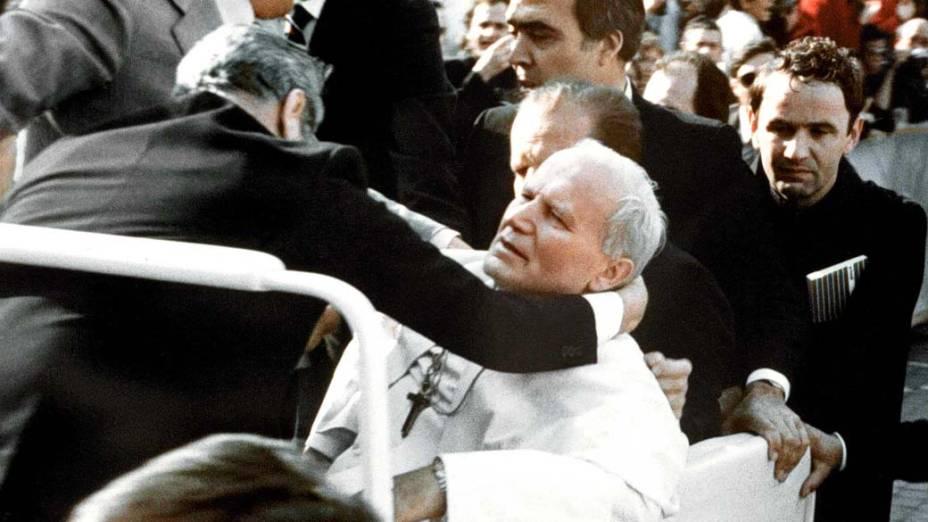 1981 – O Papa João Paulo II após ter sido baleado na praça São Pedro, no Vaticano