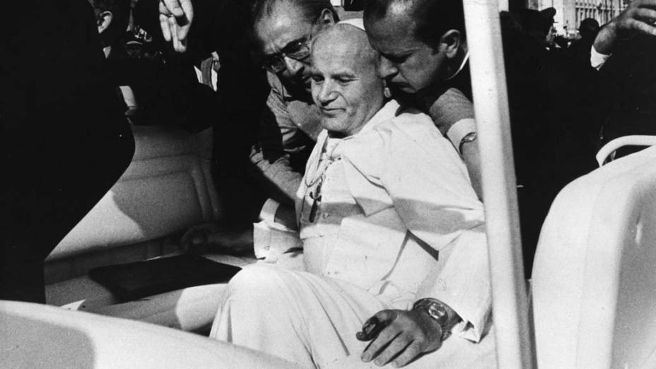 1981 - Papa João Paulo II após a tentativa de assassinato por um terrorista turco, na praça de São Pedro, no Vaticano