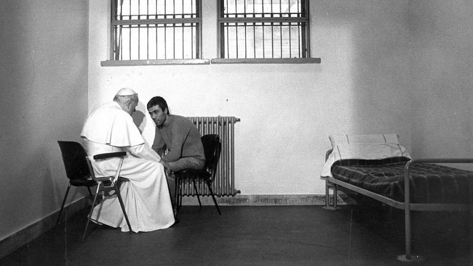 1983 – Papa João Paulo II com Ali Agca, o terrorista turco que tentou matá-lo