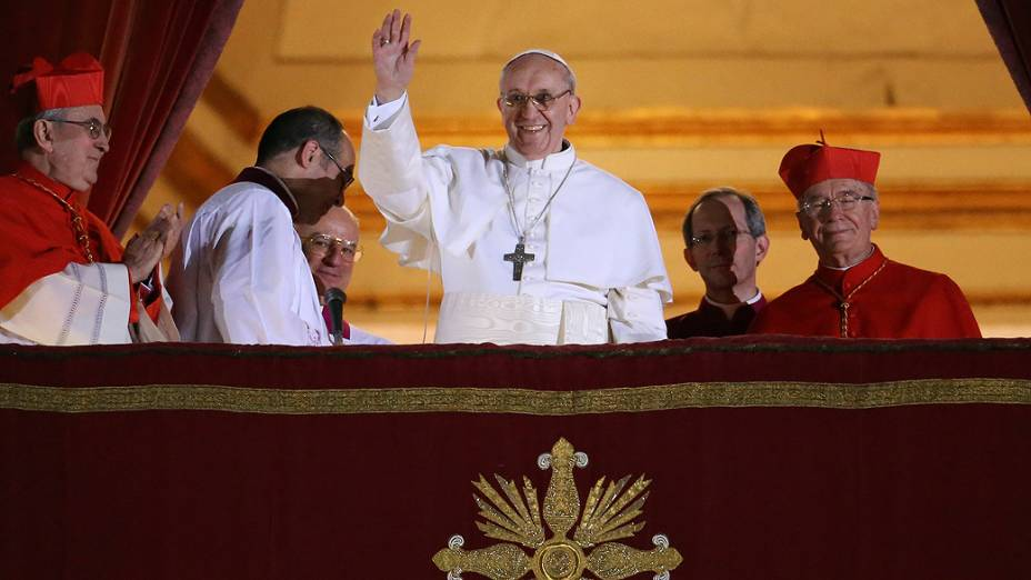 Papa Francisco acena para fiéis durante primeiro discurso no Vaticano