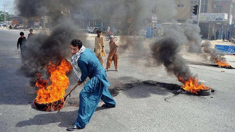 Paquistanês protestas queimando pneus em Rawalpindi, nesta sexta-feira. Cinemas no país foram queimados