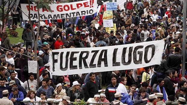 Paraguai: apoiadores de Lugo protestaram em frente ao Congresso onde senadores decidiam futuro do presidente
