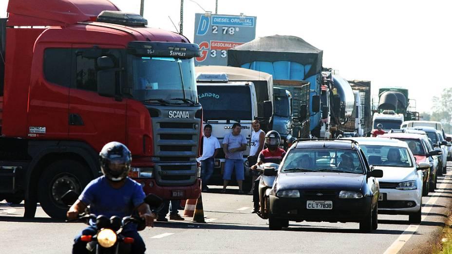Caminhoneiros interditam a rodovia BR-376, entre a cidades de Sarandi e Marialva, norte do Paraná, nesta terça-feira (24)
