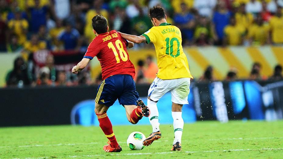 Disputa de bola no estádio Maracanã durante final da Copa das Confederações entre Brasil e Espanha, no Rio de Janeiro