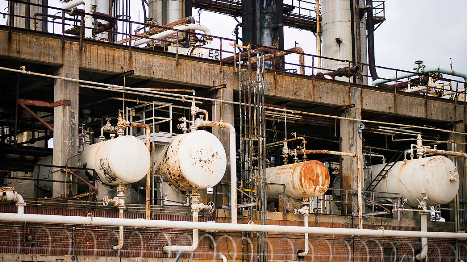 Detalhe de edifício deteriorado da refinaria de Pasadena, no Texas