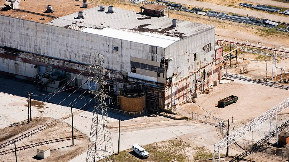 Vista aérea de galpão na refinaria de Pasadena, no Texas