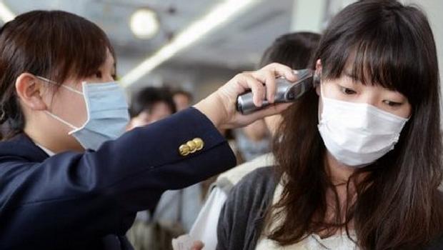 passageira-tem-sua-temperatura-conferida-no-aeroporto-sungshan-de-taipe-ao-norte-de-taiwan-confirmado-o-primeiro-caso-de-infeccao-pelo-h7n9-fora-da-china-continental-original.jpeg