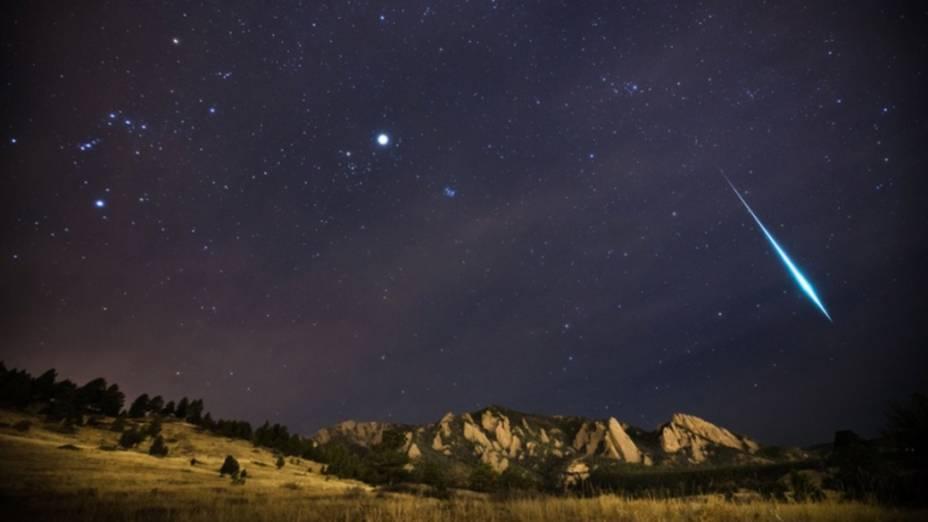 <p>A chuva de meteoros Gemínidas cai sobre o Colorado, nos Estados Unidos, em dezembro de 2012. Na imagem, um fragmento maior do que o normal brilha mais do que os planetas ao redor. A constelação de Órion também foi capturada, assim como Júpiter brilhando dentro da constelação de Touro</p>