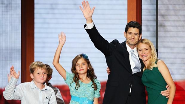 Paul Ryan acena ao lado da mulher e dos filhos