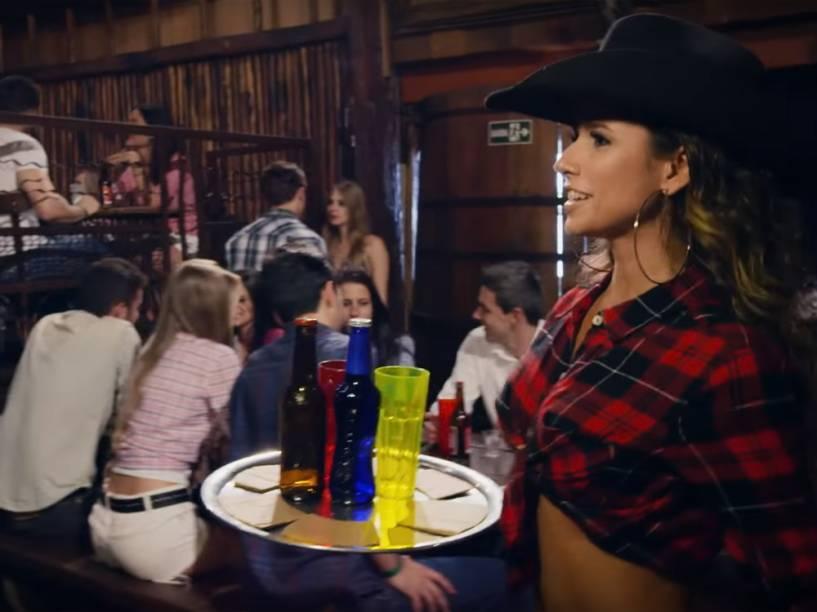 Paula Fernandes como garçonete no clipe de Piração