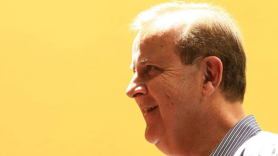 O candidato à prefeitura de Goiânia, Paulo Garcia vota no Colégio Ávila, em Goiânia (GO), neste domingo