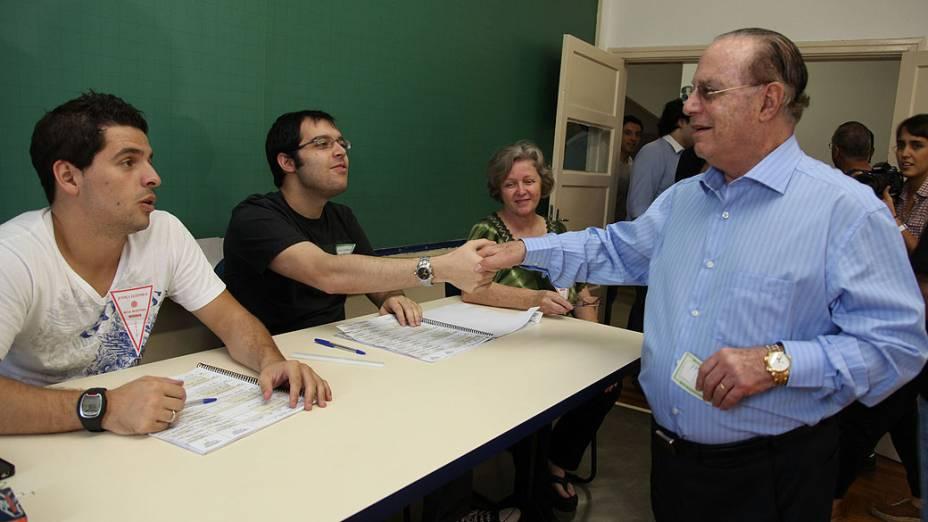 O deputado federal, Paulo Maluf (PP), cumprimenta mesários na Faculdade de Engenharia São Paulo (FESP), no Jardim Europa, nas eleições municipais deste domingo
