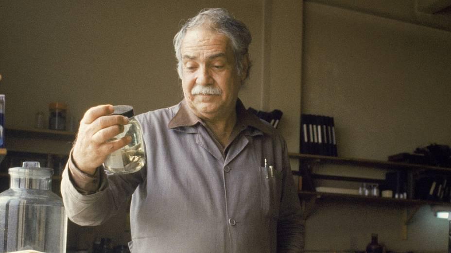 <p>Paulo Vanzolini, compositor e zoólogo, em seu laboratório</p>