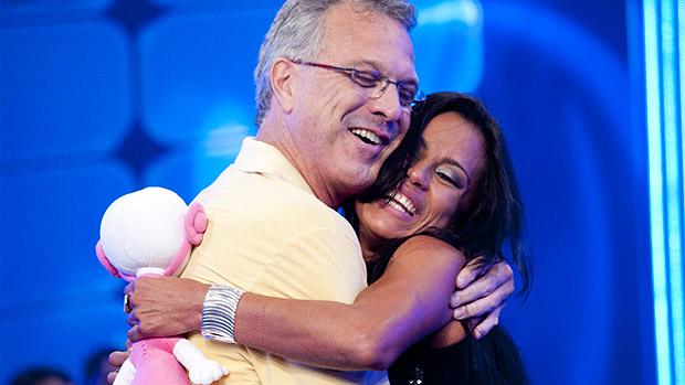 Pedro Bial abraça Kelly após a eliminação, em 25/03/2012