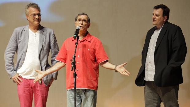 <br><br>  Pedro Bial (esquerda), Jorge Mautner (centro) e Heitor DAlincourt, representantes do filme 'Jorge Mautner - O Filho do Holocausto' no festival Cine PE