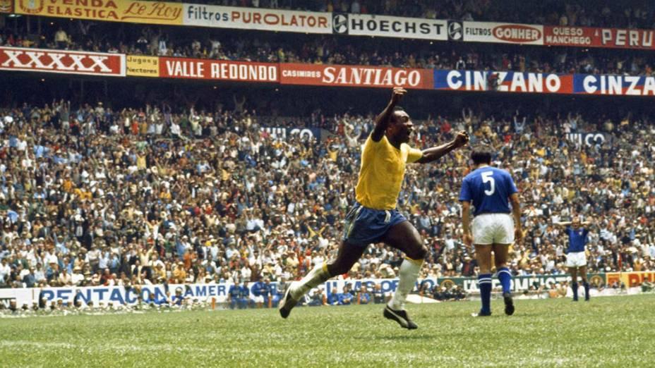 Pelé comemora gol no estádio Azteca, no México