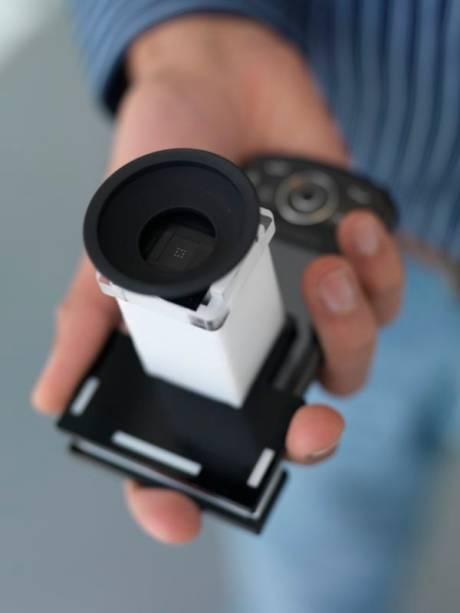 PerfectSight é um complemento para celular que pode determinar rapidamente as alterações refrativas do olho humano.