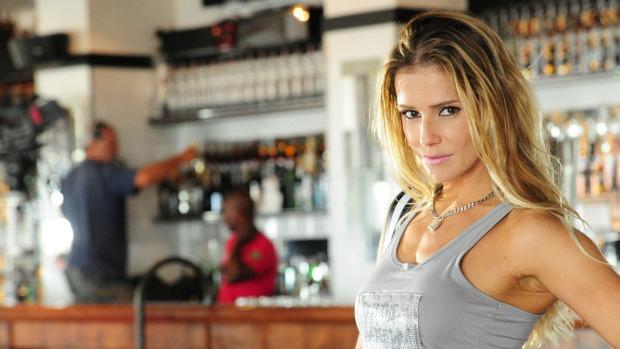 Deborah Secco como a Natalie Lamour de Insensato Coração: capa de revista e candidatura a deputada
