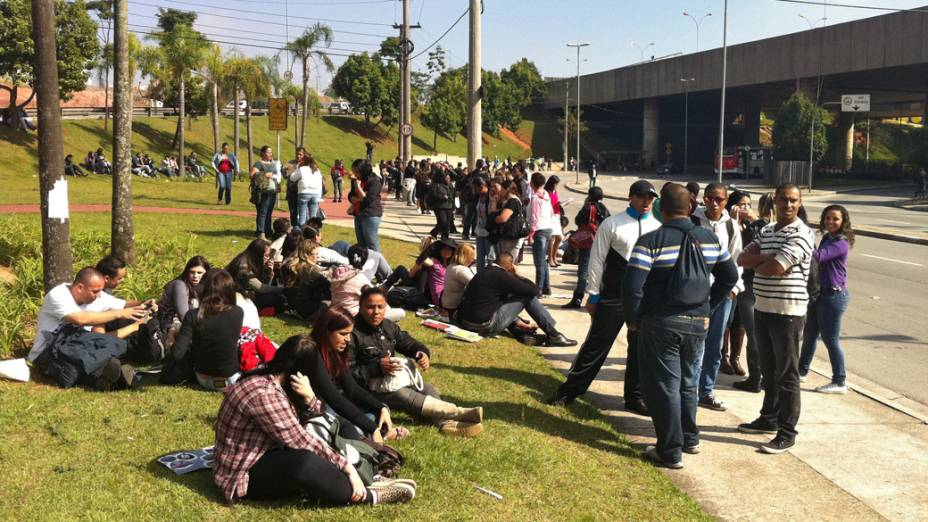 Usuários do metrô aguardam do lado de fora da estação fechada, devido a greve dos metroviários