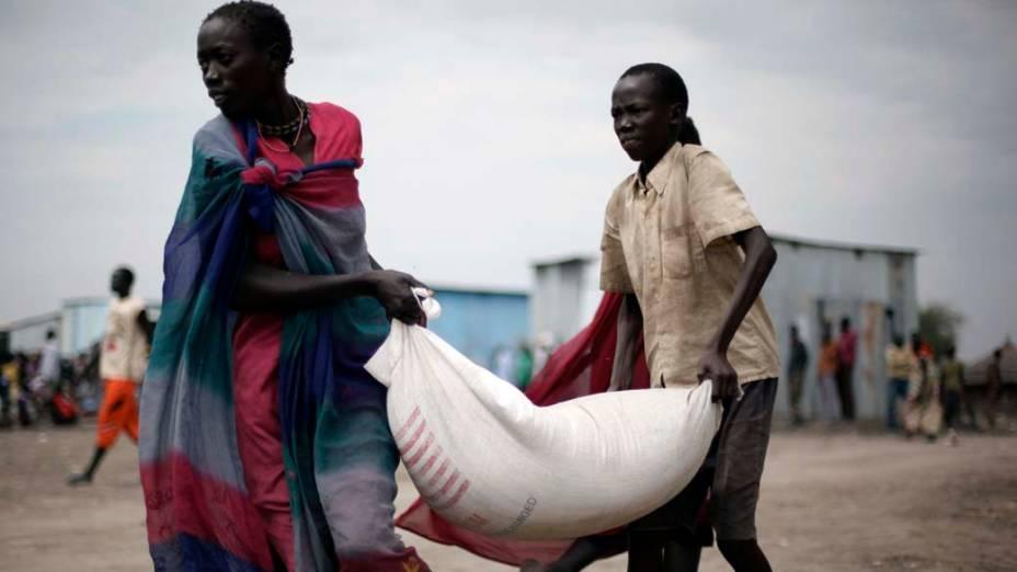Pessoas carregam comida, no Sudão do Sul