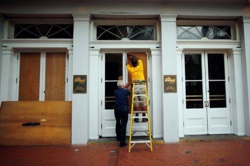 Funcionários protegem a fachada do Royal Sonesta Hotel de Nova Orleans