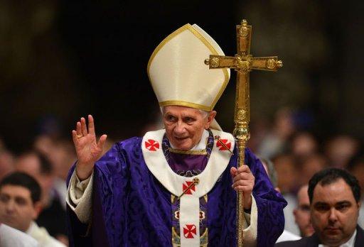 Bento XVI acena para os fiéis após a missa de Quarta-Feira de Cinzas, na Basílica de São Pedro