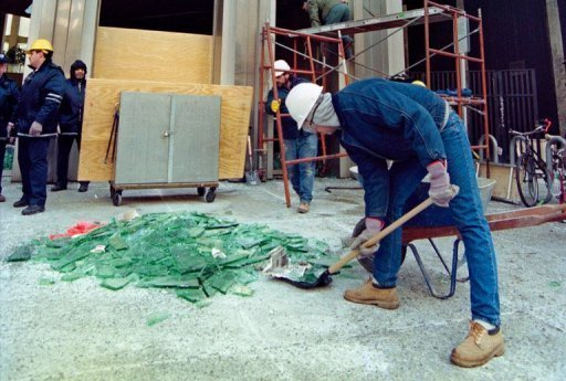 <p>Trabalhadores recolhem vidros quebrados pelo impacto da queda de meteorito</p>