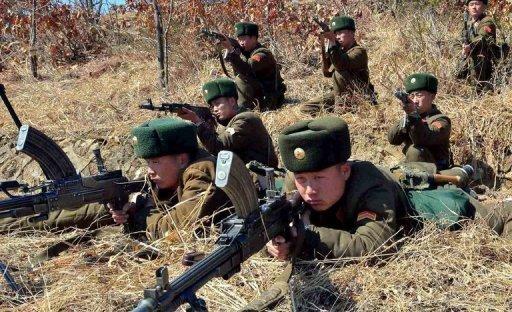 Norte-coreanos durante treinamento militar