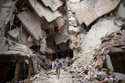 Destruição causada por um ataque aéreo à cidade síria de Aleppo, em 10 de abril