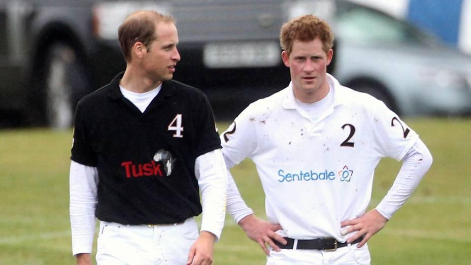 Os príncipes Willian e Harry após partida de polo