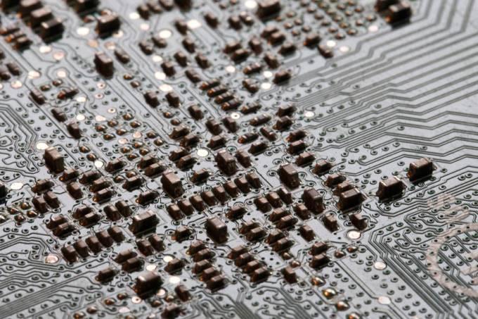 placa-circuito-homem-computador-eletronico-20121102-42-original.jpeg