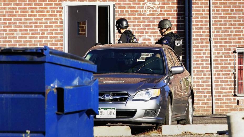 Polícia invade apartamento em que mora o atirador que matou 12 durante a estreia de Batman em cinema do Colorado