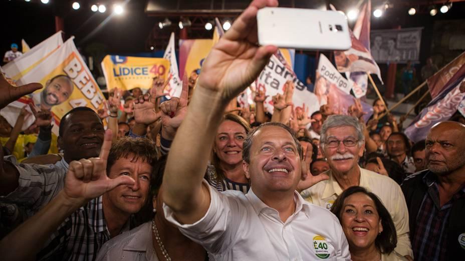 Eduardo Campos (PSB)faz uma selfie durante campanha noencontro com a juventude no Pelourinho, em Salvador