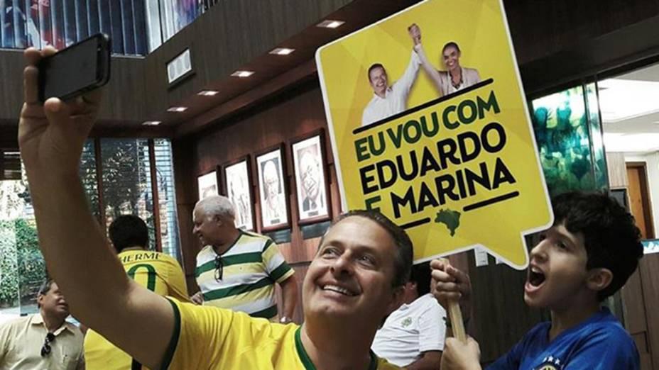 Eduardo Campos (PSB) faz uma selfie