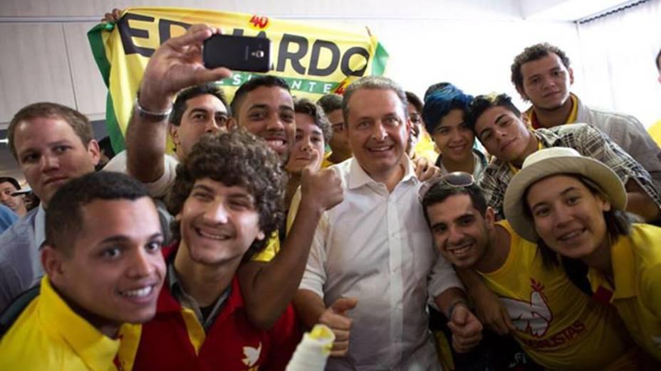 Eduardo Campos (PSB) posa pra uma selfie