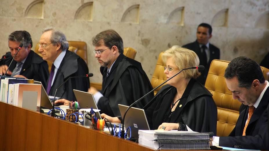 Os ministros do Supremo Tribunal Federal (STF), durante análise dos recursos apresentados pelas defesas dos 25 réus condenados pela corte, os chamados embargos, nesta quinta-feira (15)