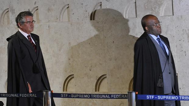 O ministro Marco Aurélio Mello e o presidente da Corte e relator do processo, ministro Joaquim Barbosa, em 14/08/2013