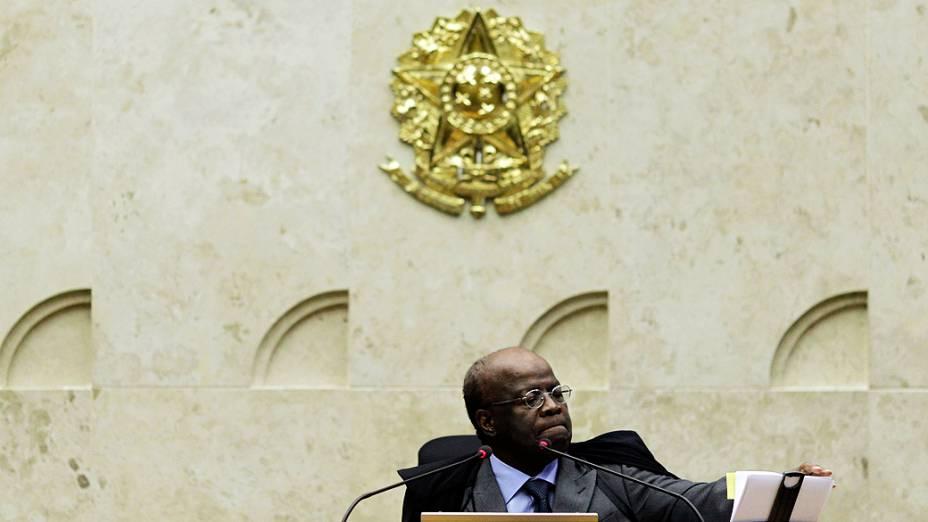 O presidente do Supremo Tribunal Federal (STF), ministro Joaquim Barbosa, durante análise dos recursos apresentados pelas defesas dos 25 réus condenados pela corte, os chamados embargos