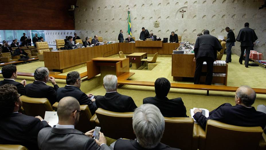 Os ministros do Supremo Tribunal Federal (STF), durante análise dos recursos apresentados pelas defesas dos 25 réus condenados pela corte, os chamados embargos