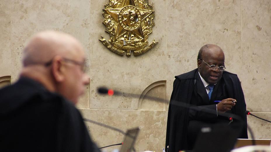 O presidente do Supremo Tribunal Federal (STF), ministro Joaquim Barbosa, durante análise dos recursos apresentados pelas defesas dos 25 réus condenados pela corte, os chamados embargos, nesta quinta-feira (22)