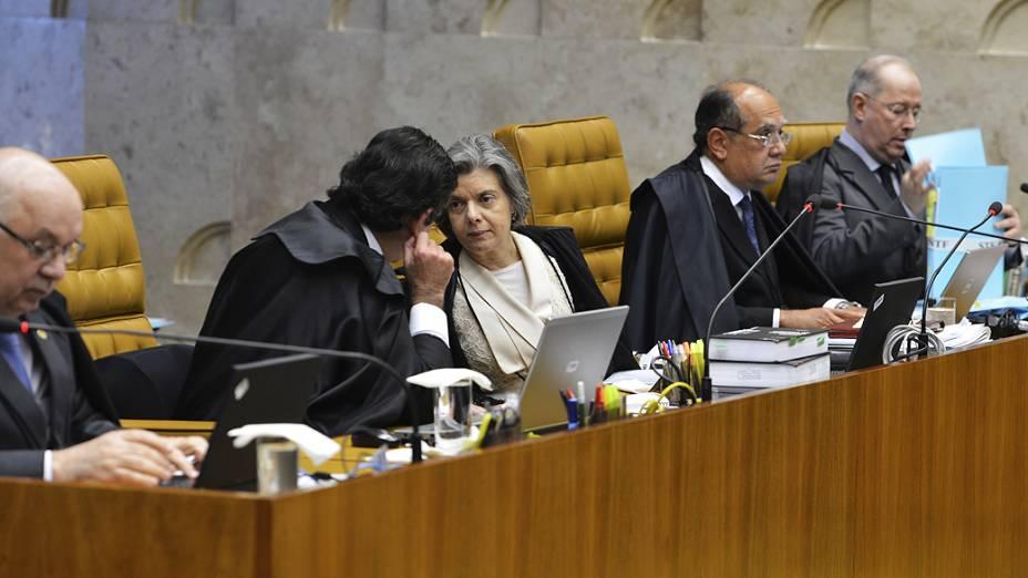 Os ministros do Supremo Tribunal Federal (STF), durante análise dos recursos apresentados pelas defesas dos 25 réus condenados pela corte, os chamados embargos, nesta quarta-feira (28)
