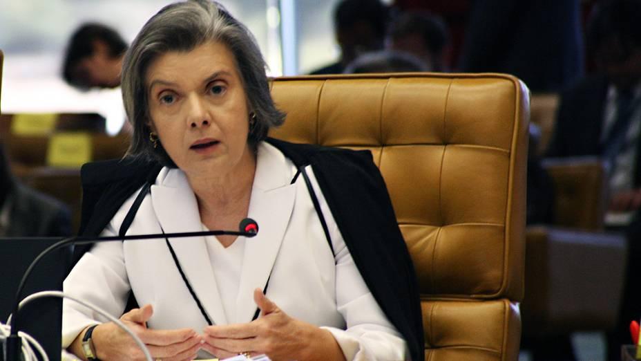 A ministra Cármen Lúcia durante análise dos recursos apresentados pelas defesas dos 25 réus condenados pela corte, os chamados embargos, nesta quinta-feira (12)