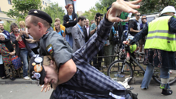 Manifestante em prol da banda Pussy Riot é preso na Rússia