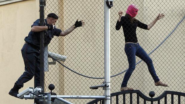 Policial persegue manifestante na Rússia
