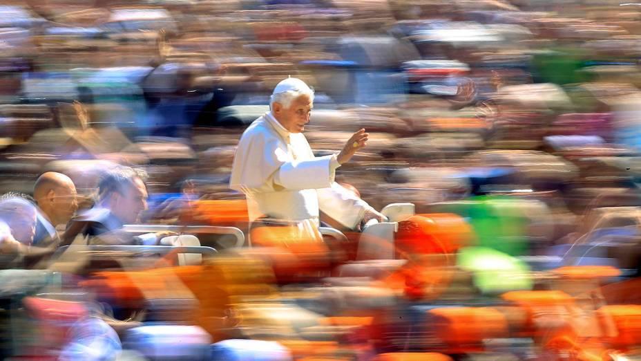 Papa Bento XVI, acena para pessoas na praça de São Pedro, no Vaticano